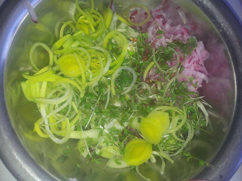 Sałatka warzywno owocowa z dodatkiem kefiru.