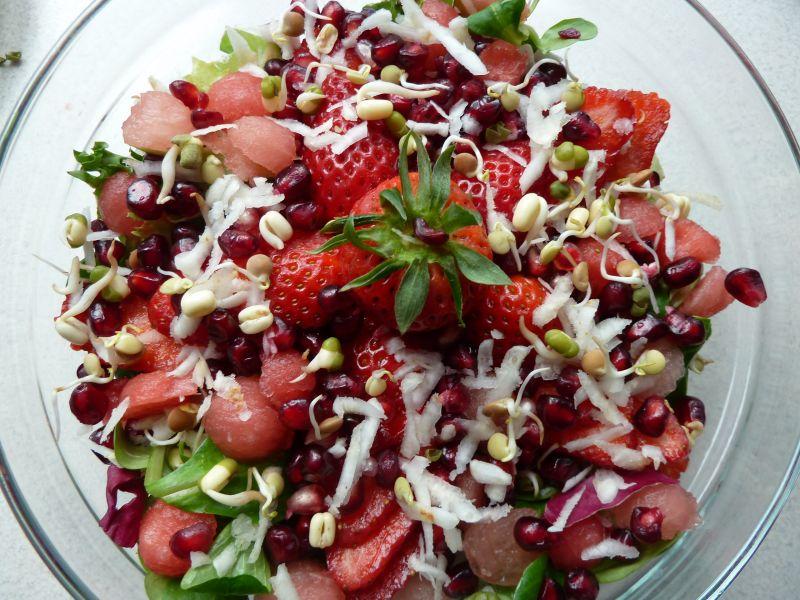 Sałatka wiosenna z sosem arbuzowo-jaglanym