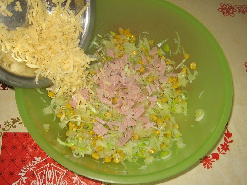 Sałatka z ananasem, porem i selerem konserwowym