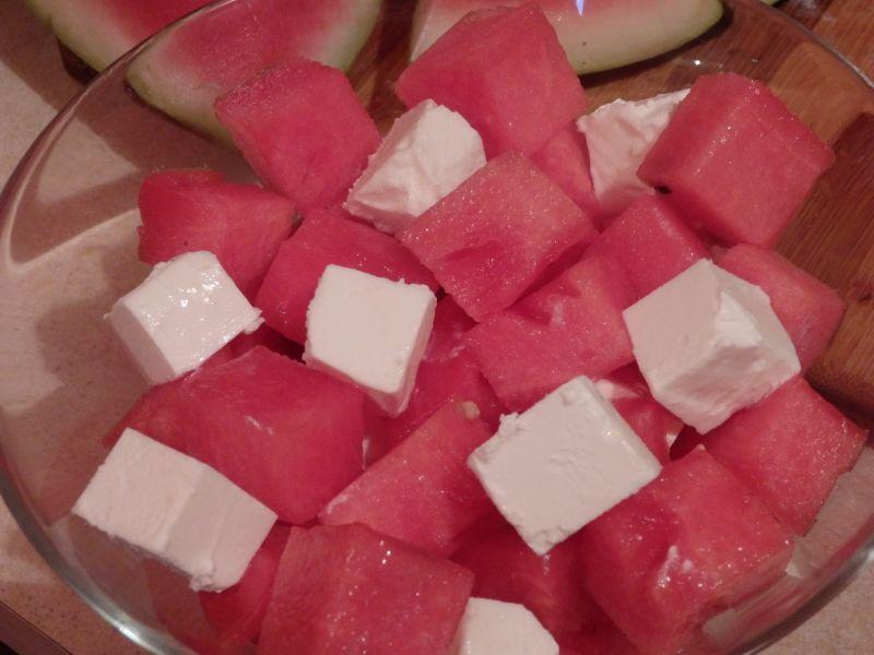 Sałatka z arbuza i fety z miętą
