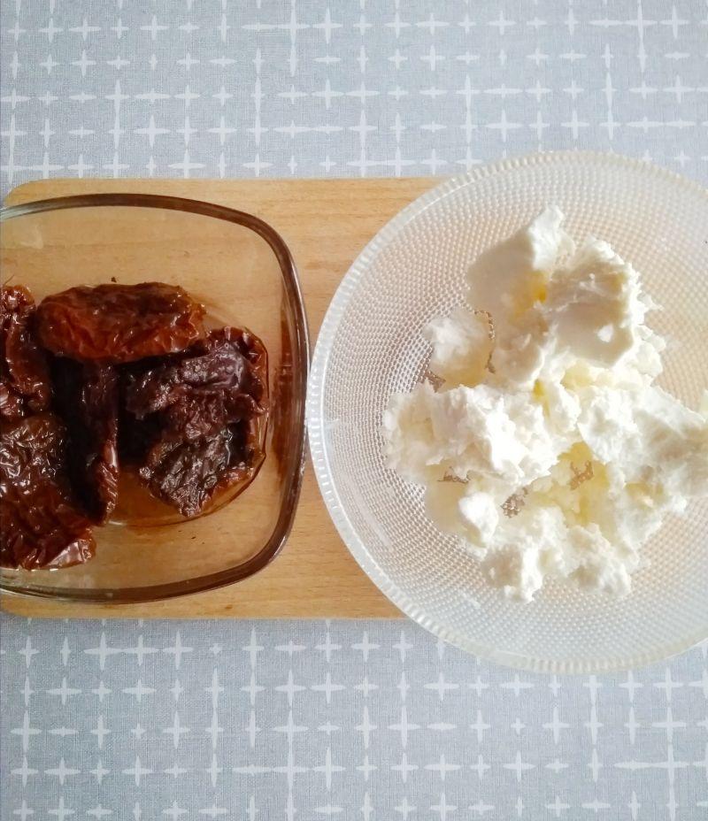 Sałatka z awokado i pieczoną ciecierzycą.