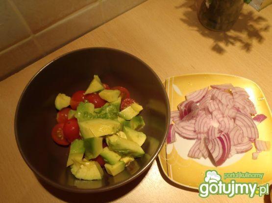 Sałatka z awokado i pomidorkami