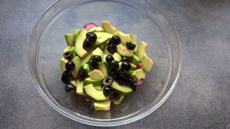 Sałatka z awokado, rzodkiewką, fetą i oliwkami