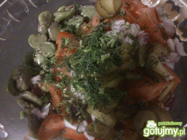 Sałatka z bobem i  ogórkami małosolnymi