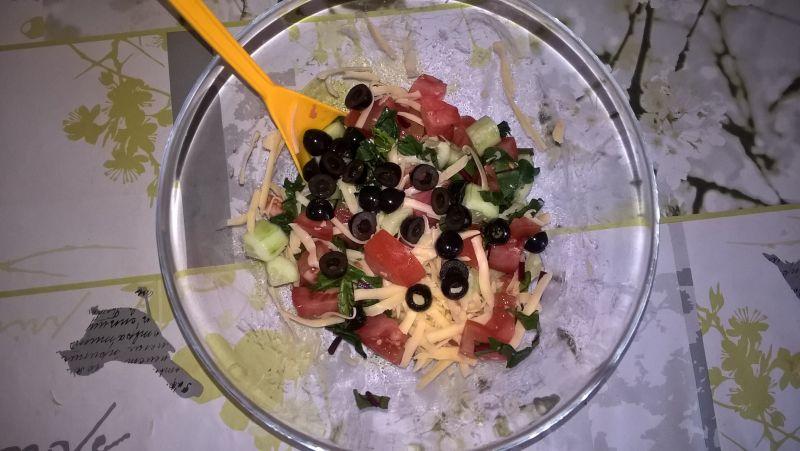 Sałatka z botwinką, warzywami i żółtym serem