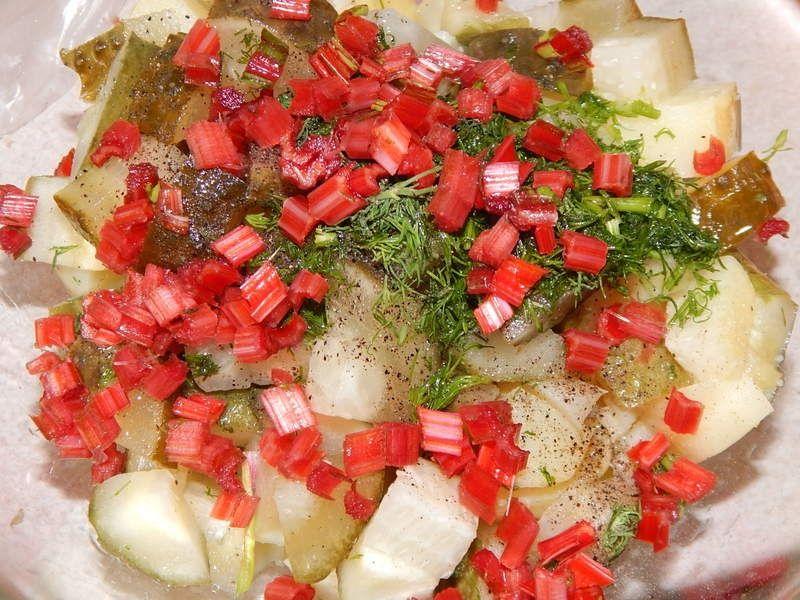 Sałatka z botwinki, szpinaku i ogórka małosolnego