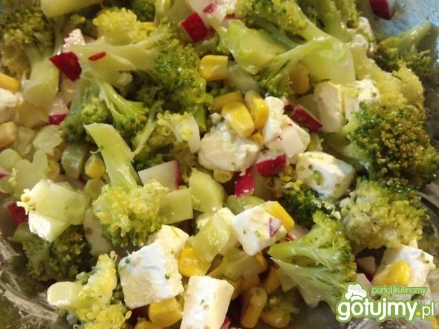 Sałatka z brokułem i fetą 3