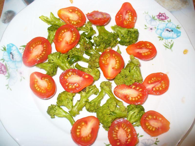 Sałatka z brokułemi pomidorkami koktajlowymi