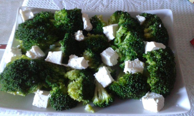 Sałatka z brokułów i słonecznika