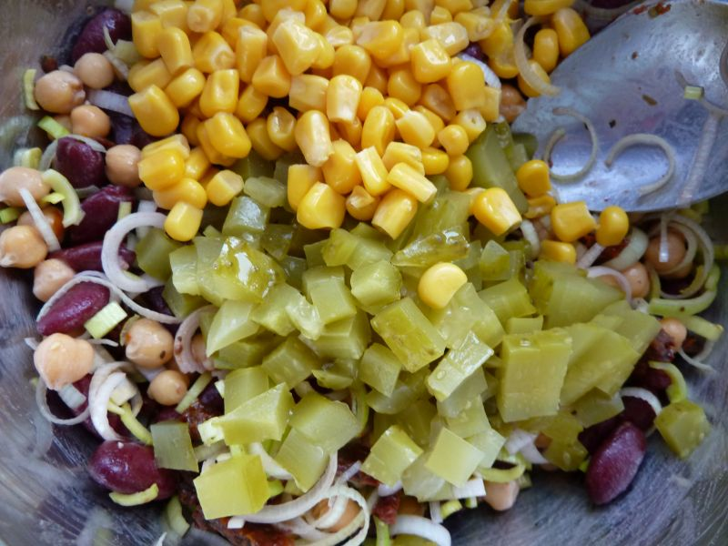 Sałatka z cieciorką, fetą i suszonymi pomidorami