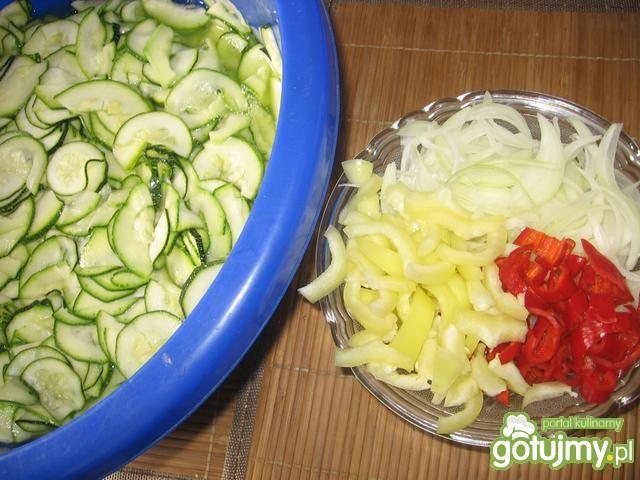 Sałatka z cukinii z papryką i cebulą