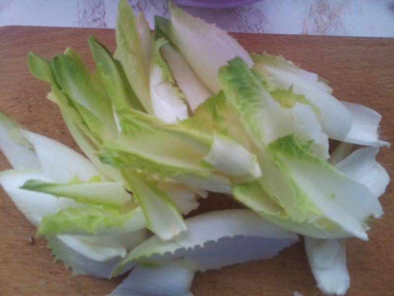 Sałatka z cykorii z selerem naciowym oraz serem.
