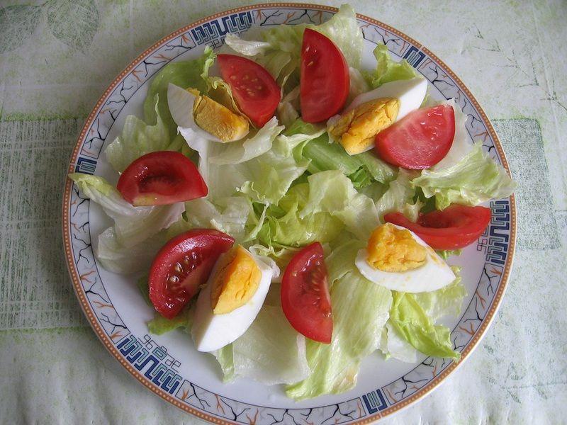 Sałatka z fetą i jajkiem