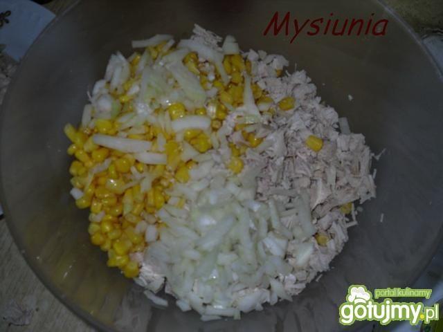 Sałatka z gotowanego kurczaka i kukurydz