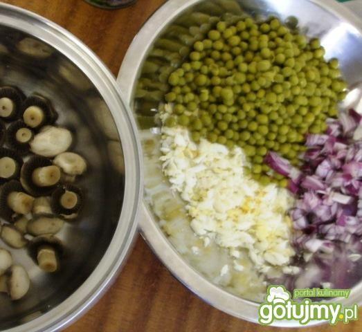 Sałatka z groszkiem, jajam i pieczarkami