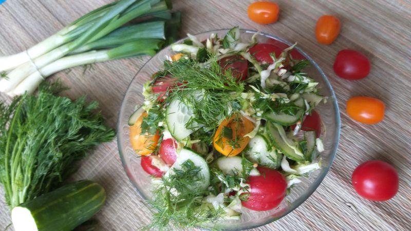 Sałatka z kapusty młodej z warzywami