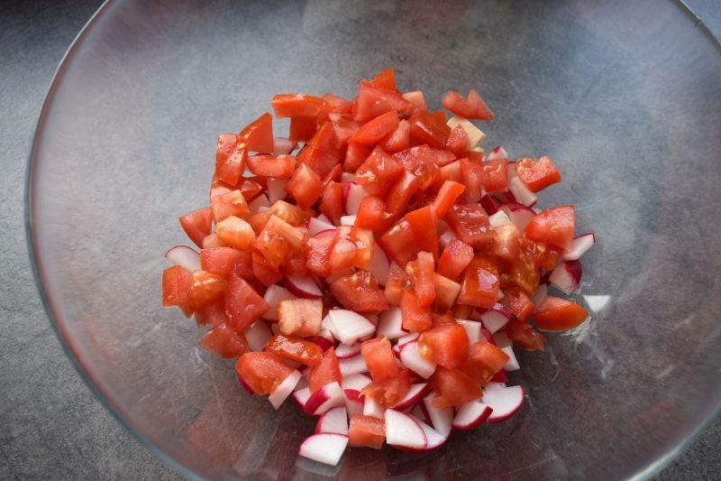 Sałatka z kaszą bulgur, mozarellą i pomidorem