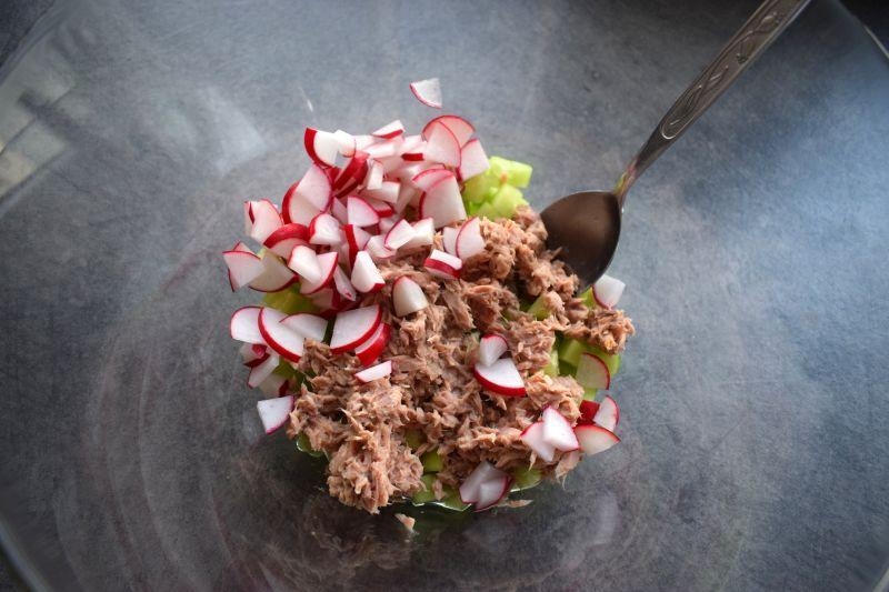 Sałatka z kaszą bulgur, tuńczykiem i botwinką