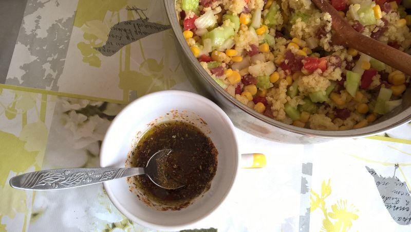 Sałatka z kaszą jaglaną, kabanosem i ogórkiem