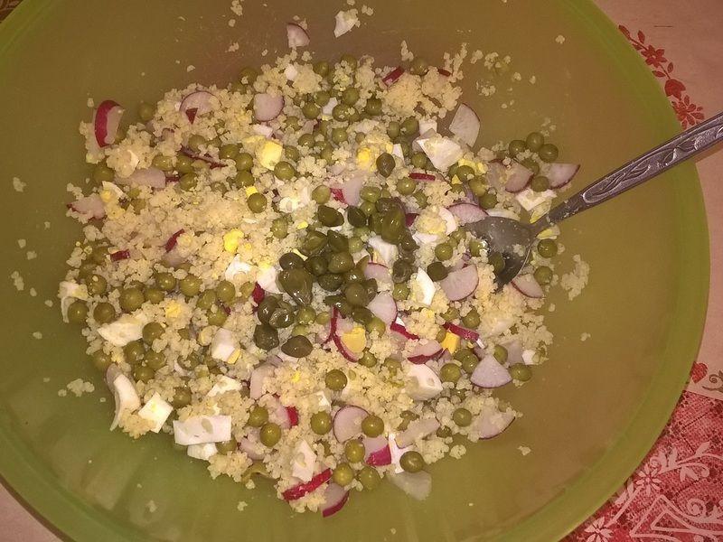 Sałatka z kaszą jaglaną, kaparami i jajkiem