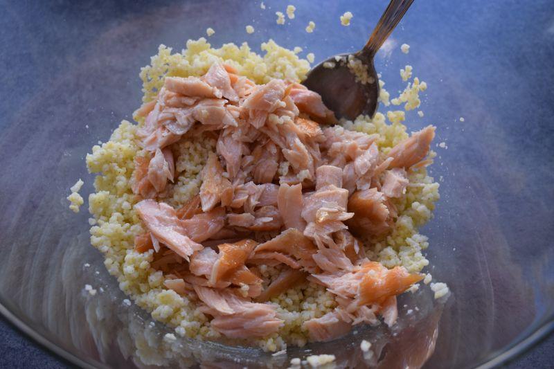 Sałatka z kaszą jaglaną, łososiem i szpinakiem