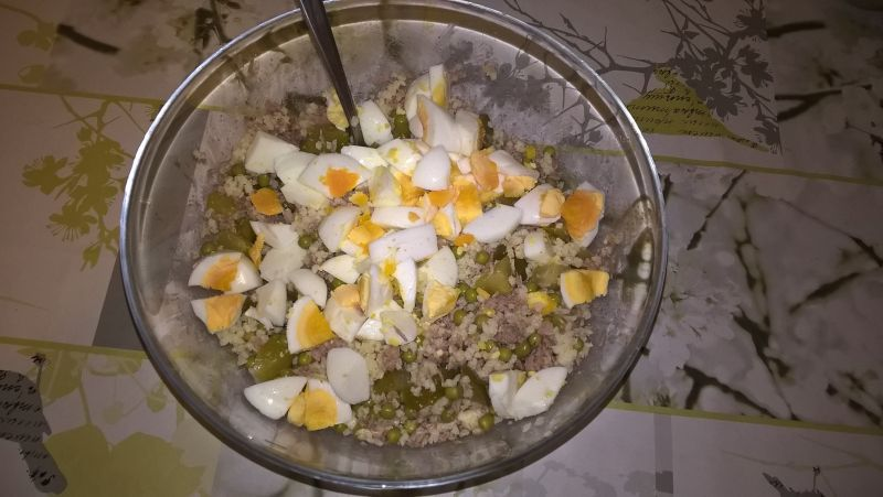 Sałatka z kaszą jaglaną, tuńczykiem i jajkiem