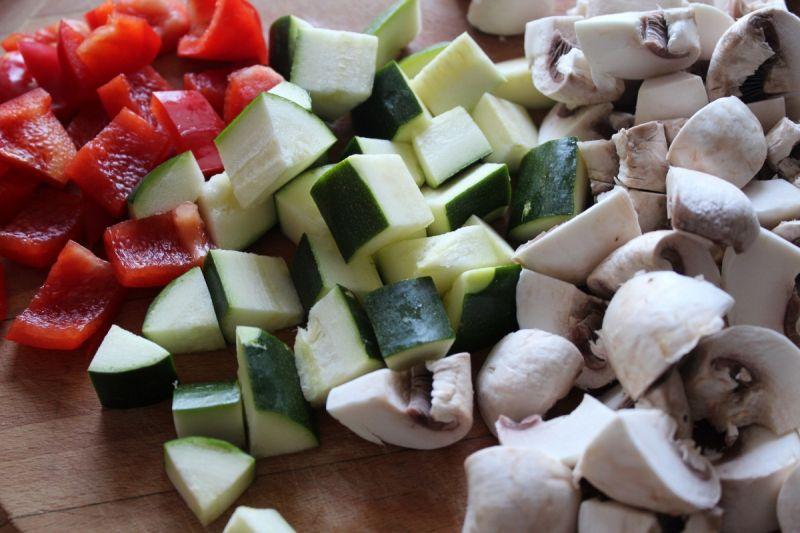 Sałatka z kaszy i duszonych warzyw