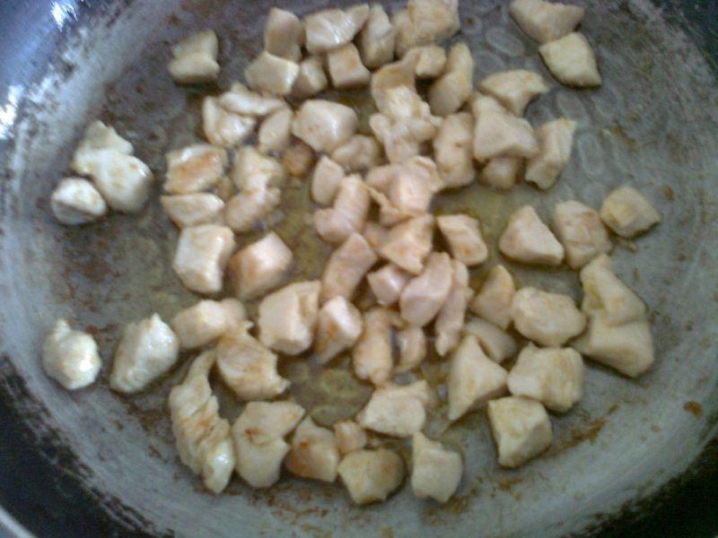 Sałatka z kurczakiem i grzybkami marynowanymi