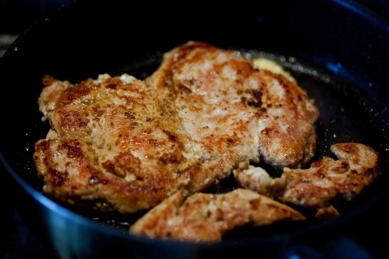 Sałatka z kurczakiem i nachos w kolendrowym sosie