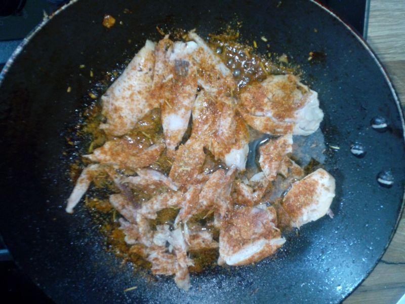 Sałatka z kurczakiem, makaronem i cukinią