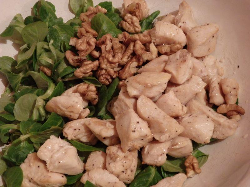 Sałatka z kurczakiem,oliwkami i serem pleśniowym