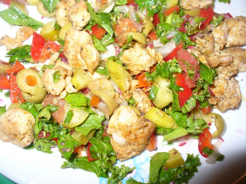 Sałatka z kurczakiem,papryką,sałatą i oliwkami