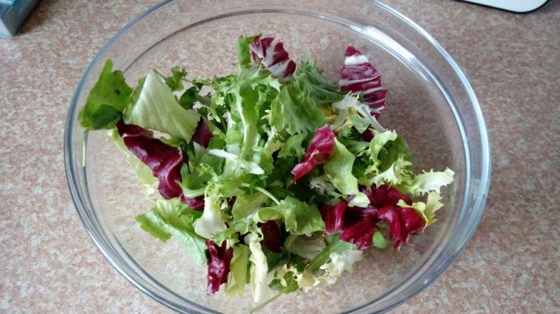 Простой салат с куриной грудкой и фасолью