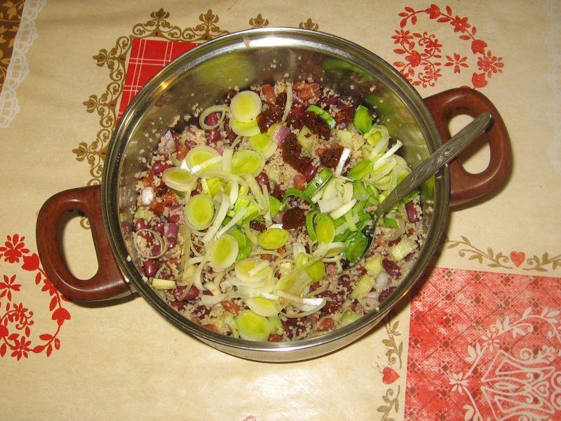 Sałatka z kuskusem, kabanosem i warzywami