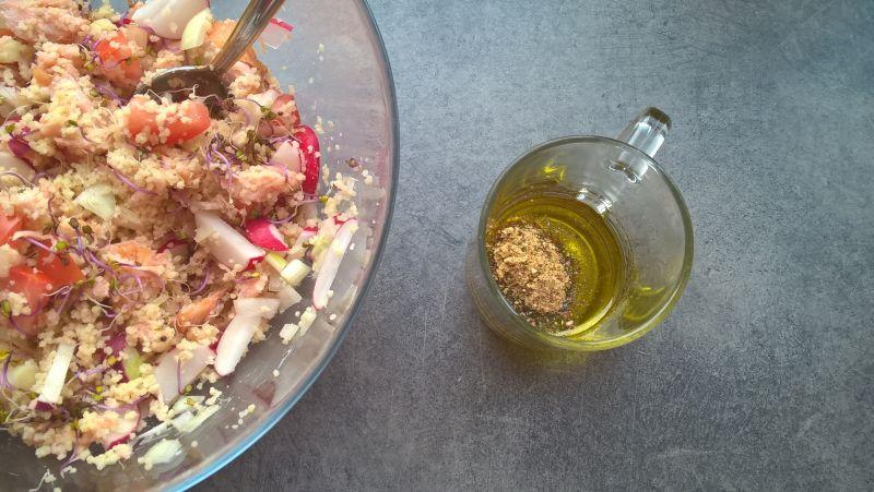Sałatka z kuskusem, łososiem,rzodkiewką i kiełkami