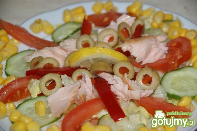 Sałatka z łososiem wędzonym na gorąco