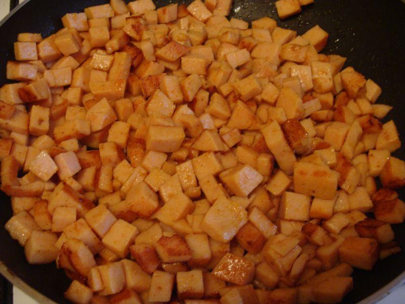 Sałatka z makaronem i czarną fasolką
