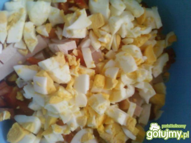 Sałatka z makaronem i jajkiem