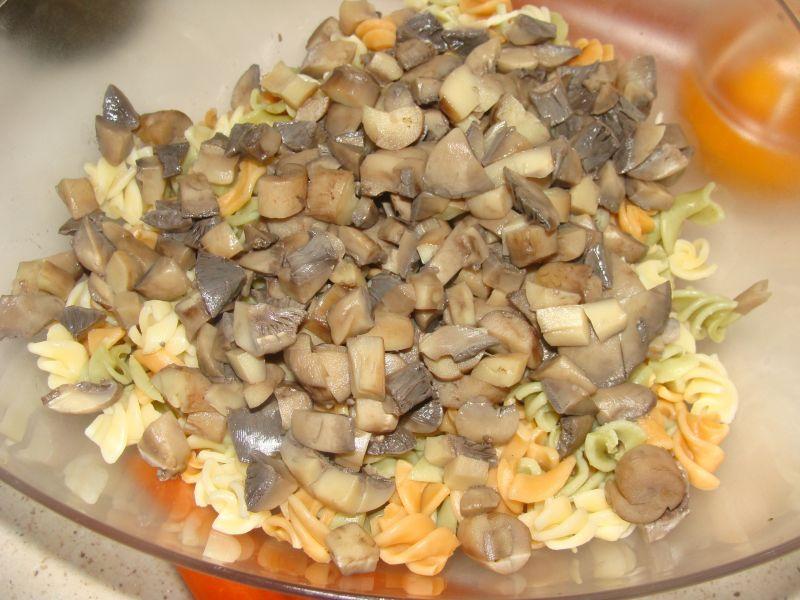 Sałatka z makaronem i pieczarkami