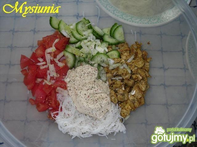 Sałatka z makaronem ryżowym i kurczakiem