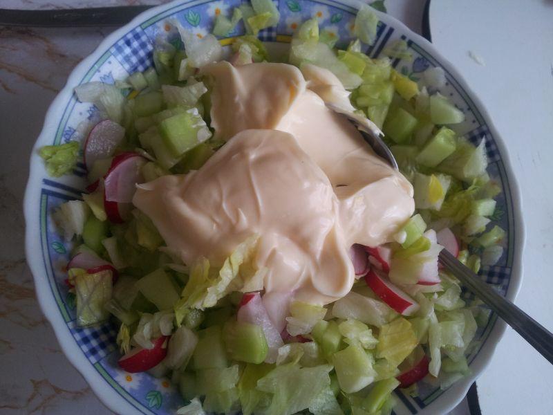 Sałatka z ogórka sałaty i rzodkiewki z koperkiem