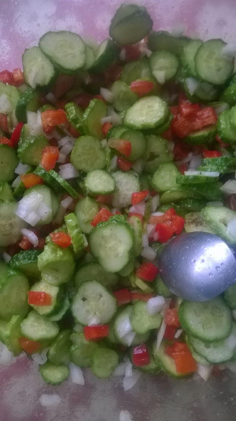 Sałatka z ogórków, papryki i cebuli do słoików