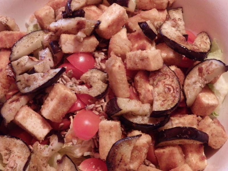 Sałatka z panierowanym tofu