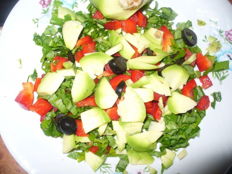 Sałatka z papryką, oliwkami i awokado