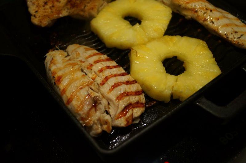 Sałatka z pęczakiem, grillowanym kurczakiem