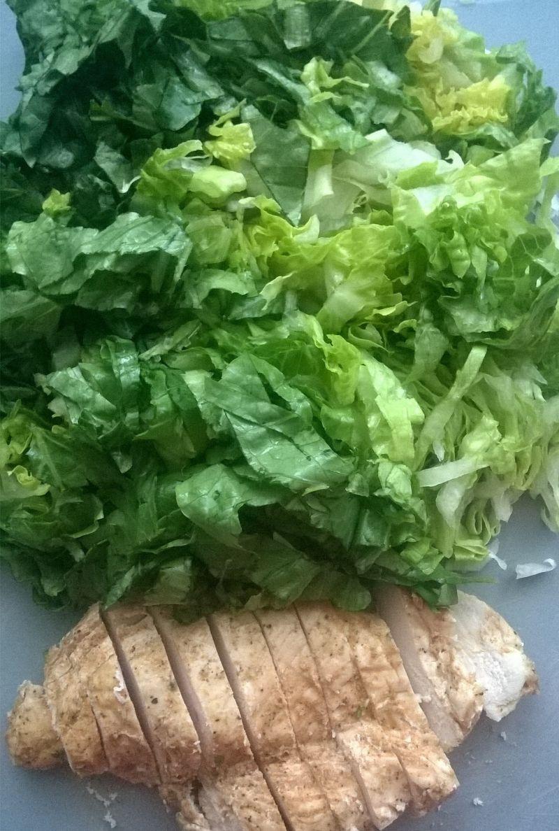 Sałatka z pieczoną piersią kurczaka i papryką