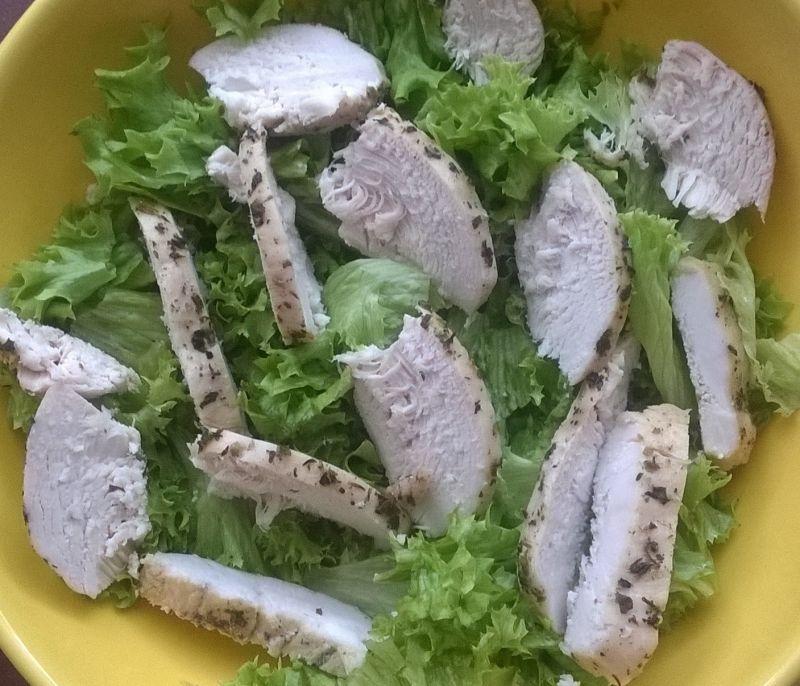 Sałatka z piersią kurczaka i truskawkami