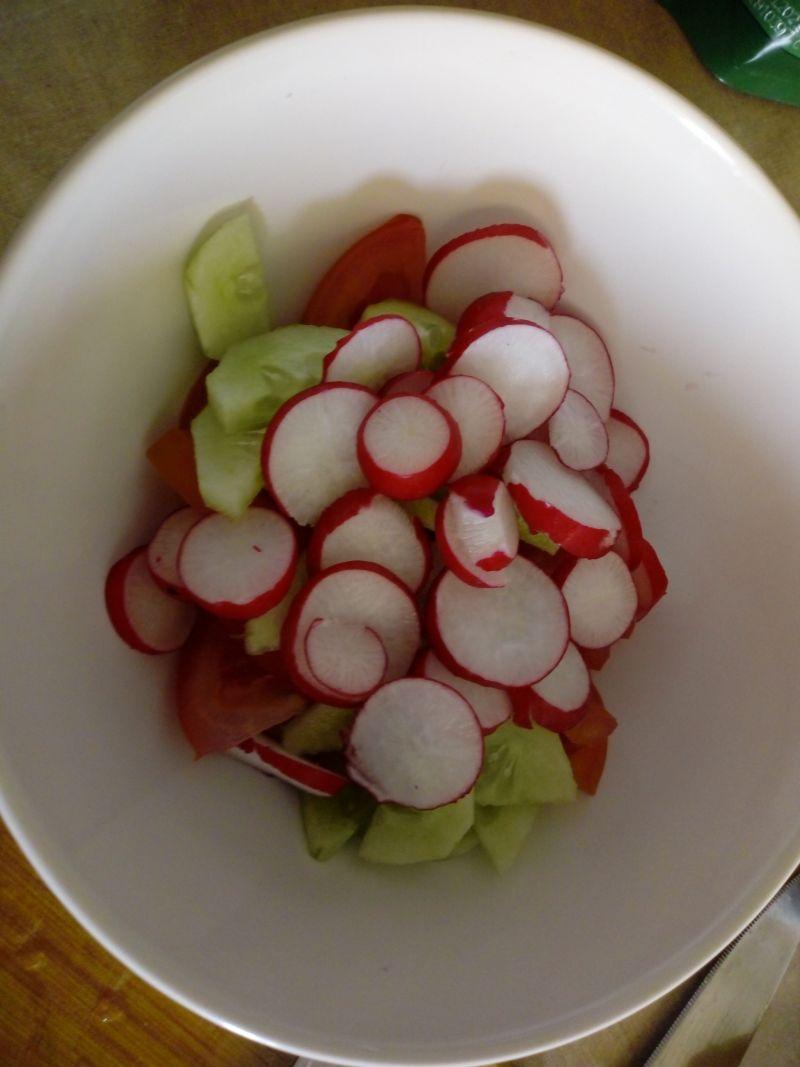 Sałatka z pomidora, ogórka i rzodkiewki