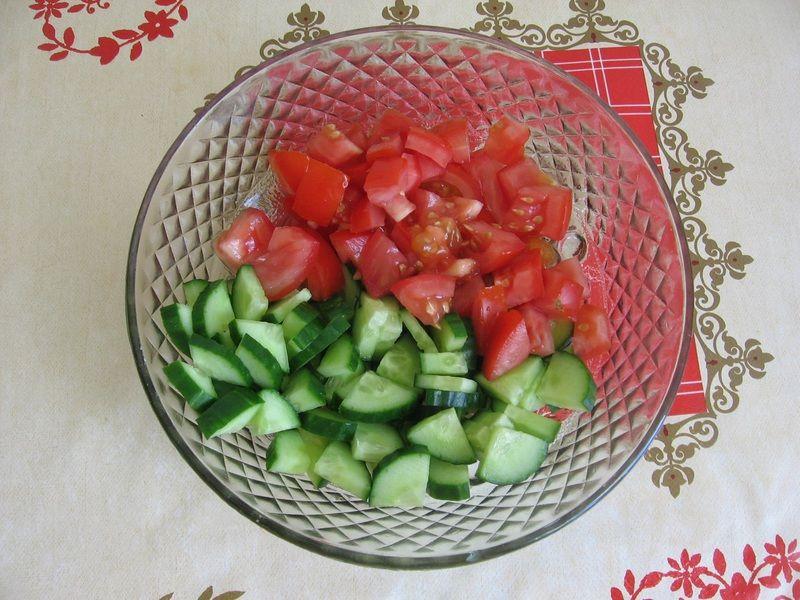 Sałatka z pomidorem, ogórkiem, papryką i mozarellą