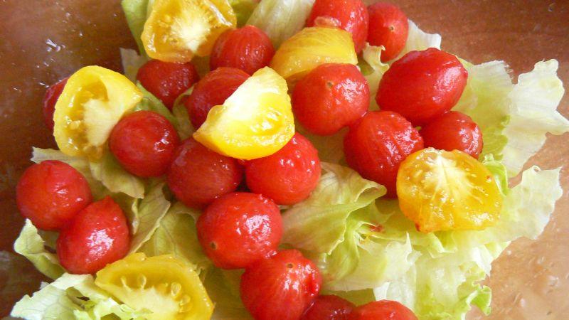 Sałatka z pomidorkami i mięsnymi kuleczkami